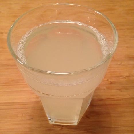 Varmt vann med saften av en halv sitron. Løsningen på verdensproblemene i følge internett.